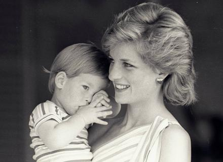 O príncipe Harry no colo da mãe, às vésperas de completar quatro anos (9/8/1988)
