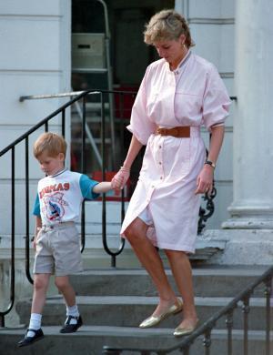 A princesa Diana com o príncipe Harry, seu filho caçula (1989)