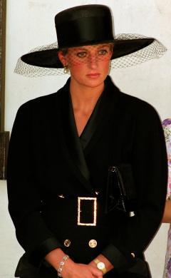 Diana no funeral de Adrian Ward Jackson, artista inglês que morreu vítima da Aids (1991)