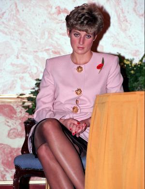 A princesa Diana com olhar triste em 1991, ano que seu casamento já enfrentava crises