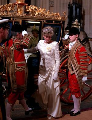 A princesa Diana desce da carruagem ao chegar no Palácio de Westminster, em Londres (1991)