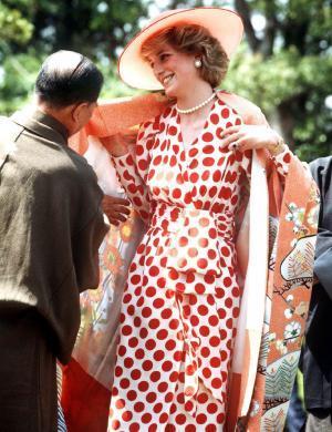 Diana veste um quimono em sua 1ª visita à cidade de Kyoto, no Japão (1986)