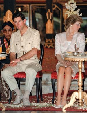 Charles e Diana assistem uma cerimônia juntos em Yogyakarta, na Indonésia (5/11/1989)