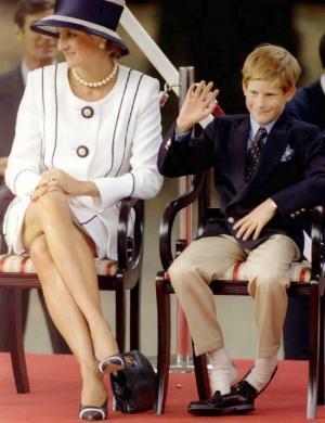 Diana e Harry assistem à marcha que comemora 50 anos do fim da 2ª guerra (19/8/95)