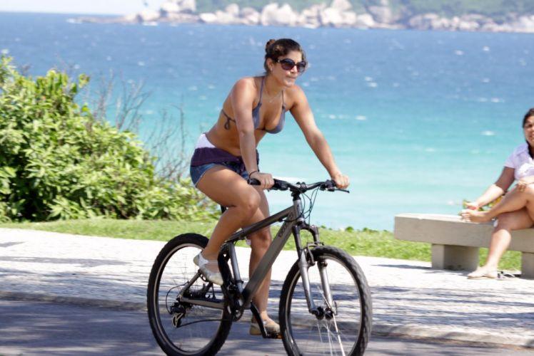 A atriz Priscila Fantin pedala pela orla da Barra, na zona oeste carioca (28/11/10)
