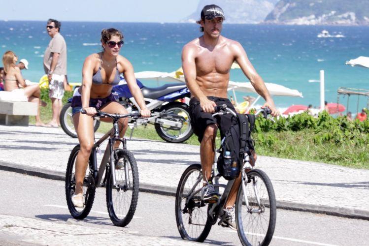 Ao lado do namorado, o ator Renan Abreu, a atriz Priscila Fantin pedala pela orla da Barra, na zona oeste carioca (28/11/10)