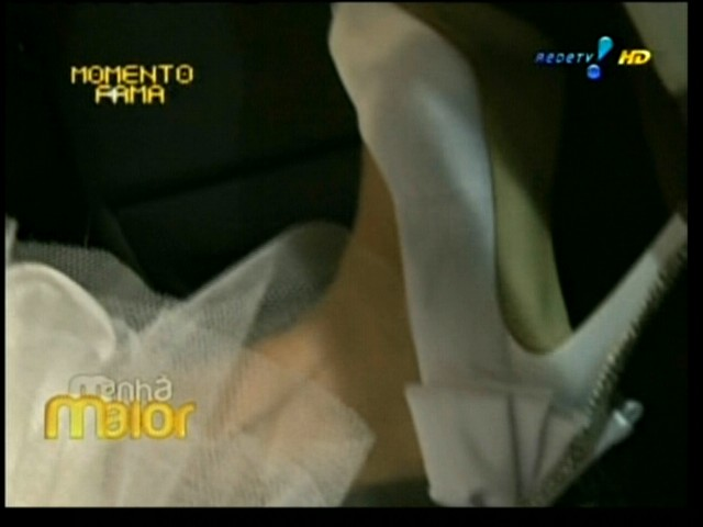 Priscila Pires mostra seu sapato branco com bordados feitos por ela mesma, antes do seu casamento na igreja Santa Margarida Maria, no Rio de Janeiro (28/5/2011)