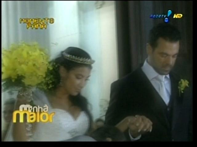 Priscila Pires recebe ajuda do noivo Bruno Andrade para descer as escadas da igreja Santa Margarida Maria, após o casamento, no Rio de Janeiro (28/5/2011)