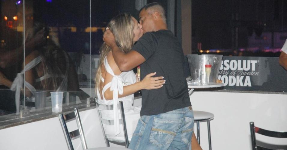 O baixinho Romário foi flagrado trocando beijos ardentes com uma loira no camarote vip do show do DJ Tiësto, sábado (16/01), no Riocentro. Porém, uma fonte contou ao UOL que o flagra não significa que o casamento de dez anos com Isabella Bittencourt tenha terminado ou esteja em crise.