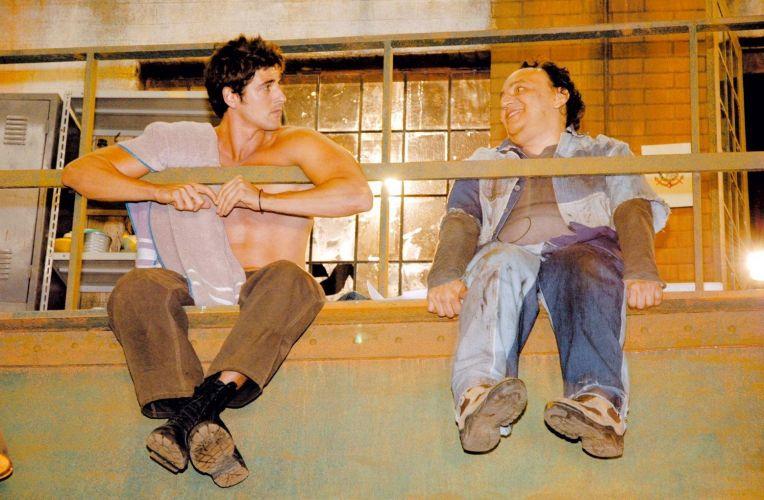 Os atores Reynaldo Gianecchini (esq.) e Cacá Carvalho gravam cena em