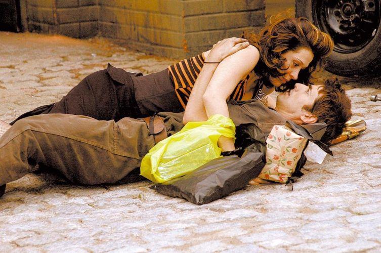 Cláudia Raia (Safira) cai acidentalmente sobre Reynaldo Gianecchini (Pascoal) em cena de