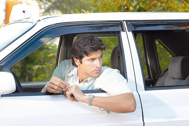 O ator Reynaldo Gianecchini durante gravação, como taxista em rua de São Paulo, da novela