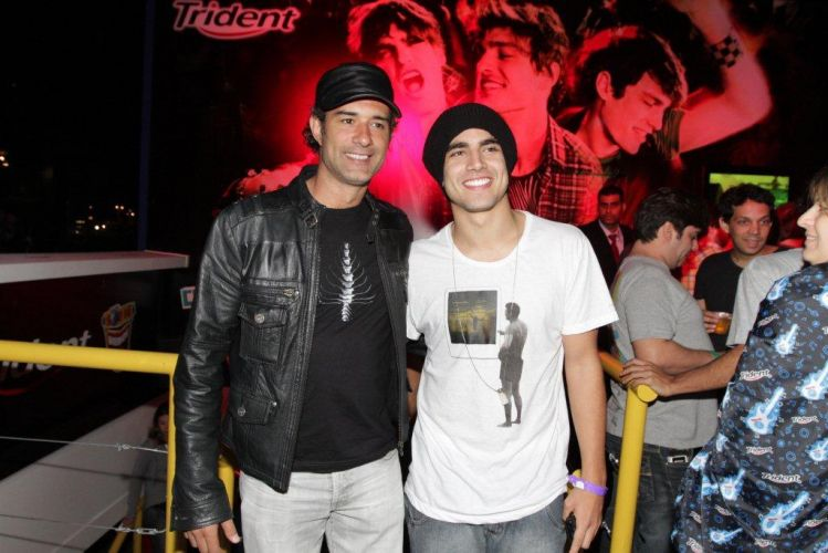 Marcos Pasquim e Caio Castro aproveitam penúltima noite de festival com Coldplay, Maroon 5 e Maná (1/10/2011)