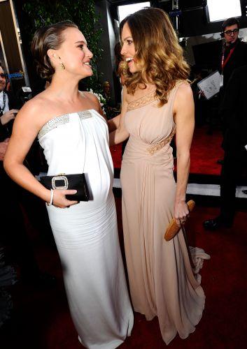 Natalie Portman e Hilary Swank conversam no tapete vermelho do SAG Awards, em Los Angeles (30/1/2011). Portman ganhou o prêmio de melhor atriz por