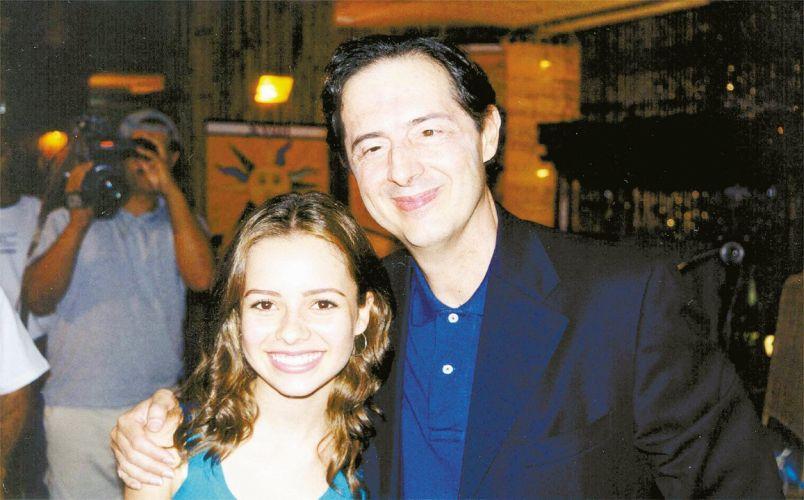 Sandy posa com o músico Tomaz Lima, que ensinou a cantora a entoar mantras para a novela
