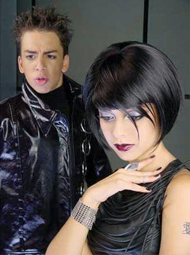 Sandy aparece de peruca e maquiagem carregada em um videoclipe da sua dupla com o irmão Junior (6/6/2001)