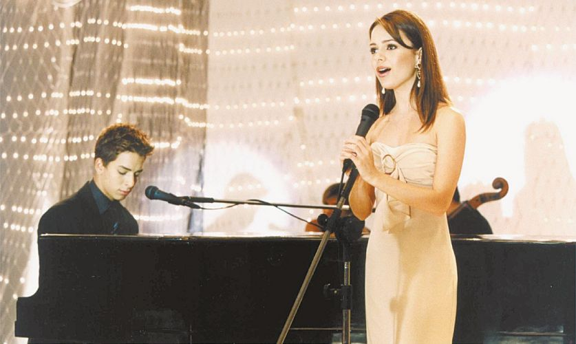 Sandy e Junior em cena da série que leva o nome da dupla (26/12/2001). Os irmãos estrearam o seriado adolescente na Globo no dia 11 de abril de 1999. A série foi exibida até 23 de março de 2003