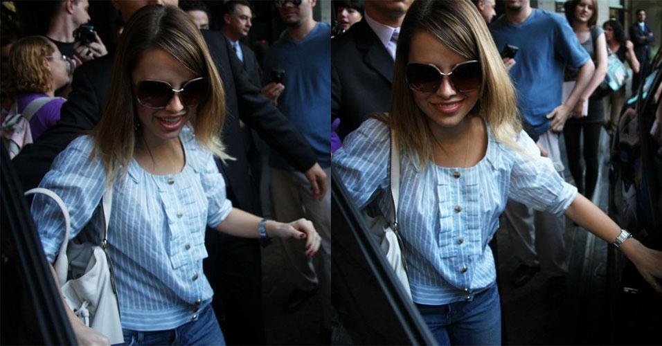 Sandy chega ao hotel Renaissance em São Paulo e causa o usual tumulto de fãs. Ela vem a São Paulo participar do show