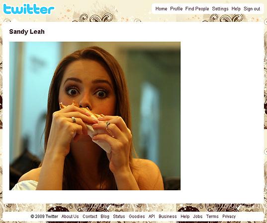 A cantora Sandy publica no Twitter uma foto sua devorando um sanduíche (17/8/2009)