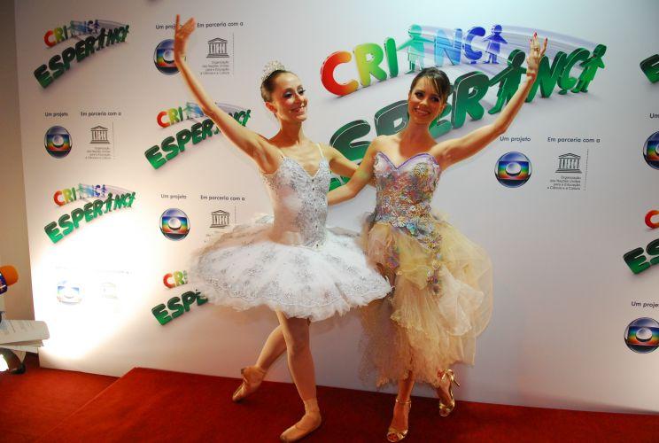 Sandy (dir.) posa com a bailarina Ana Botafogo no Criança Esperança. Sandy cantou a música