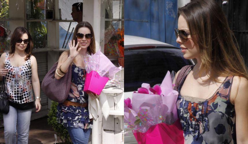 Junto da mãe, Noely, Sandy compra flores e visita a atriz Fernanda Rodrigues que se tornou mãe, na maternidade Perinatal da Barra da Tijuca, no Rio de Janeiro. Fernanda Rodrigues foi madrinha de casamento de Sandy, e a cantora foi convidada pela atriz para ser madrinha da filha Luisa (12/12/2010)