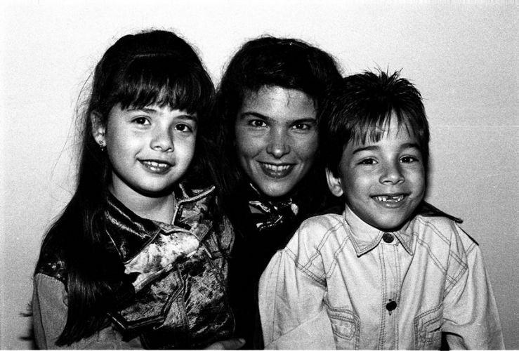 Da esquerda para a direita, Sandy, Cristiana Oliveira e Júnior em livro da fotógrafa Cristina Granato (31/8/2010)