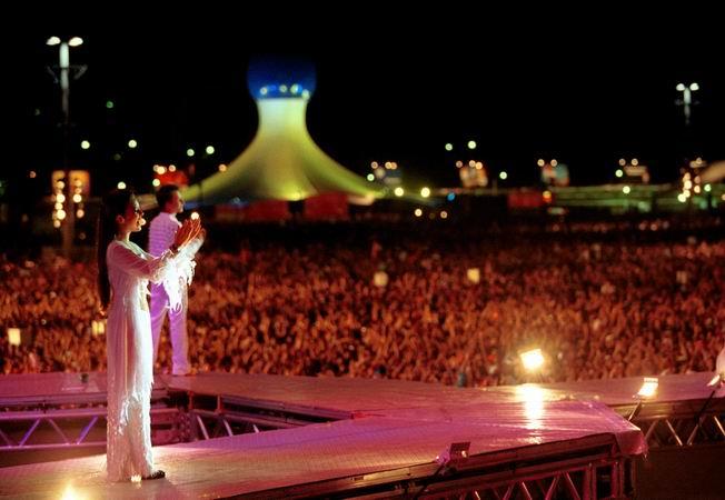 Sandy e Junior se apresentam no Rock in Rio 3, em 2001, para uma plateia de 250 mil pessoas