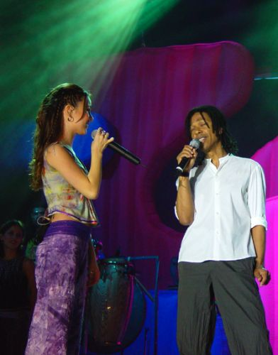 O cantor Djavan faz uma participação no show de Sandy e Junior em Fortaleza (2002)