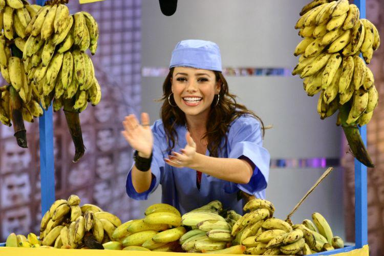Sandy se veste de vendedora de bananas no programa