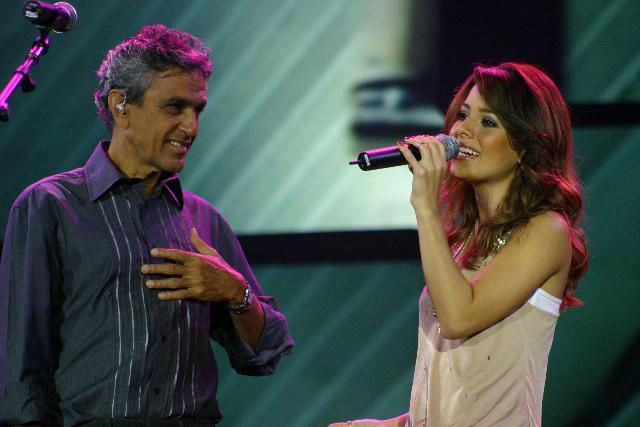 Sandy canta com Caetano Veloso no Senna in Concert, homenagem aos dez anos da morte do piloto brasileiro, no Pacaembu, em São Paulo (2004)