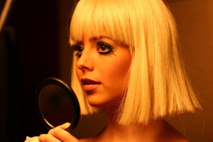 Sandy aparece de maquiagem borrada e peruca loira em um ensaio para a revista