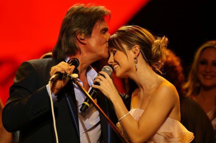 Sandy ganha um beijo na testa do rei Roberto Carlos no especial