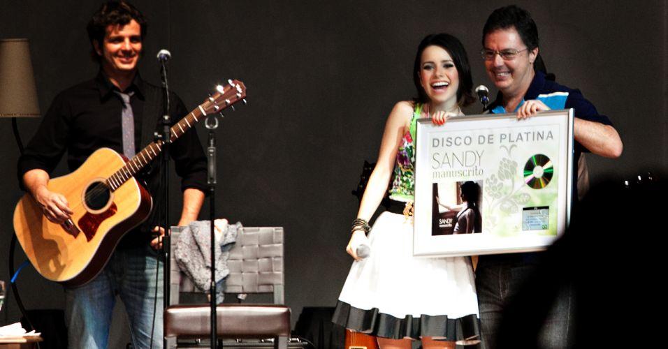 Sandy recebe um disco de platina pelo seu primeiro disco solo,