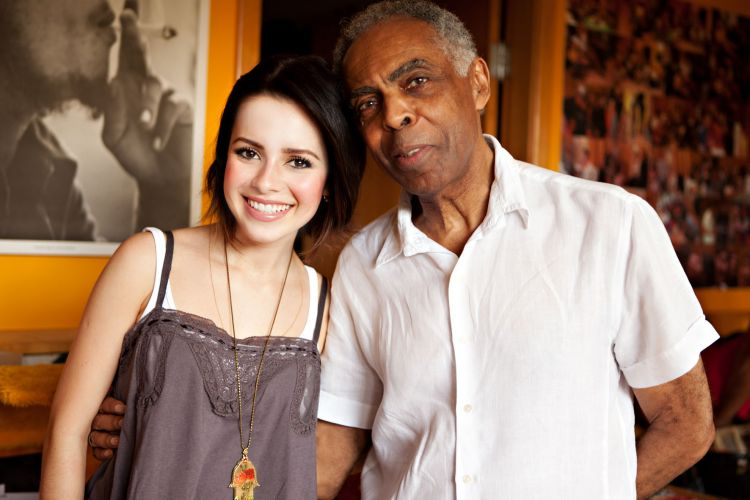 Sandy posa com Gilberto Gil nos bastidores do