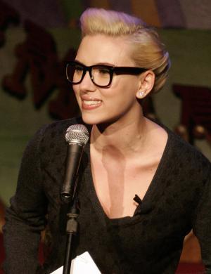 Scarlett Johansson aproveita folga em gravação para tirar fotos de Oviedo, Espanha