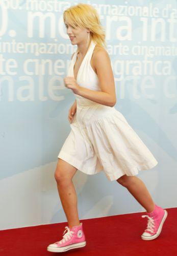 Scarlett Johansson se empolga durante participação no