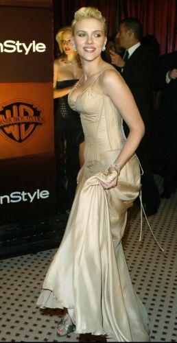 Scarlett Johansson aguarda o início da sessão de fotos do juri do Festival de Cinema de Veneza (1/9/2004)