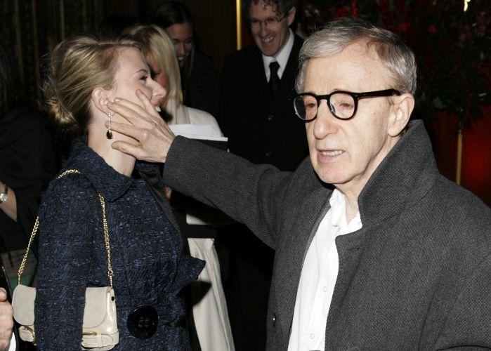Scarlett Johansson e Natalie Portman sorriem durante sessão de fotos do filme