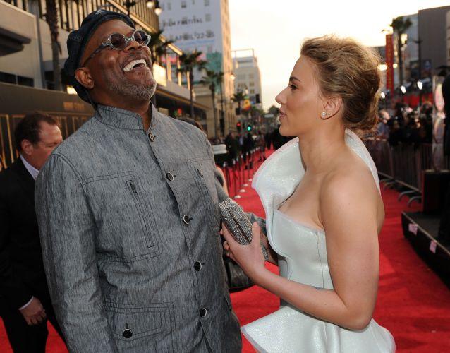 Sandra Bullock (de preto) rouba um beijo de Scarlett Johansson no MTV Movie Awards em Universal City, Califórnia (6/6/2010)