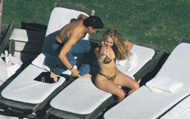 Shakira se bronzeia na piscina de um hotel em Buenos Aires, com o irmão Antonio (31/3/2000)