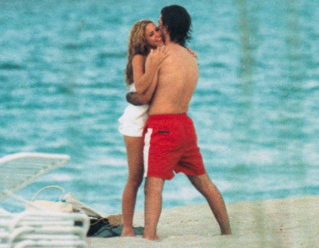 Shakira e Antonio de la Rua namoram em uma praia em Miami (25/5/2000)