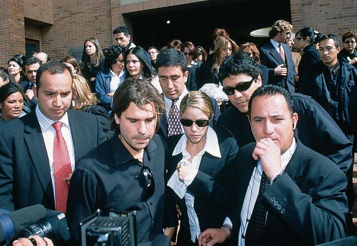 Shakira e Antonio de la Rua saem do velório e funeral de Patricia Telles, ex-empresária e amiga da cantora colombiana, que foi encontrada morta em seu apartamento, em Bogotá, na Colômbia (18/8/2004)