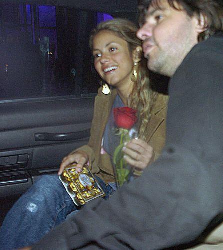 Shakira, com chocolates e uma rosa na mão, e Antonio de la Rua saem juntos de taxi de hotel em Nova York (15/4/2005)