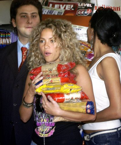 Shakira compra macarrão e sorvetes em um mercado em Antalya, na Turquia (14/5/2005). A cantora colombiana gravou um clipe na cidade turca
