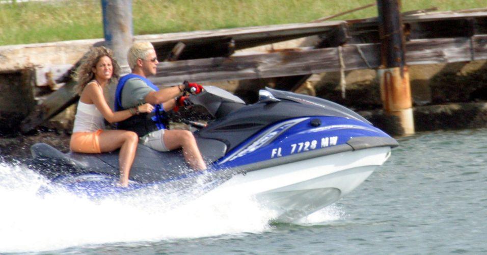 O cantor Alejandro Sanz busca de jet-ski a cantora Shakira em sua casa, em Miami (6/9/2005)