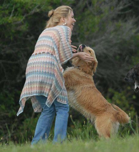 Shakira brinca com um de seus cachorros no rancho da cantora em Punta Del Este, no Uruguai (20/12/2009)