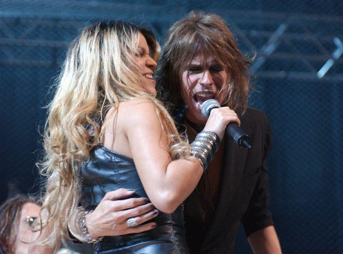 Shakira canta com Steven Tyler, no MTVICON, com Aerosmith, no Sony Studios, em Los Angeles (14/4/2002)