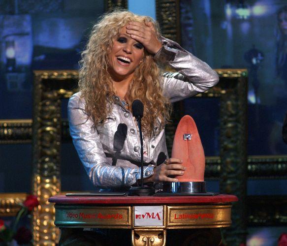 Shakira aceita o prêmio de Artista do Ano no MTV Video Music Awards Latin America de 2002, em Miami (24/10/2002)