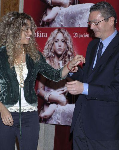 A cantora Shakira recebe o agradecimento do prefeito de Madri, Alberto Ruiz Gallardon, pelo seu apoio na candidatura de Madri para sediar as Olimpíadas de 2012, na prefeitura da cidade espanhola (24/5/2005)