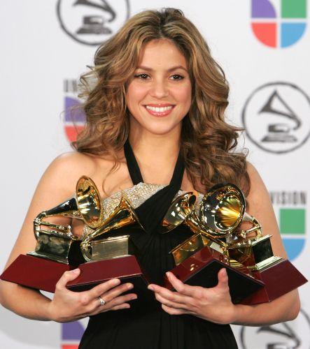 Shakira posa com os prêmios de gravação do ano, álbum do ano, música do ano e melhor vocal feminino no 7º Grammy Latino, no Madison Square Garden, em Nova York (2/11/2006)
